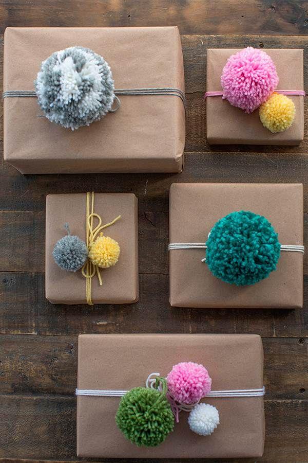 Pompones de lana para decorar regalos
