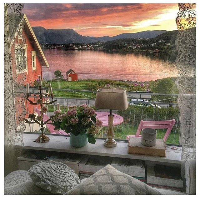 Buon pomeriggio…  Tramonti meravigliosi e paesaggi da fiaba fanno da sfondo a questa deliziosa casa norvegese, tutta giocata sui toni...