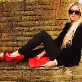 Cartera y zapatos que llenan de color esta temporada. Dale vida a tus diseños, conoce nuestras referencias y crea con pasión. #leather #textiles #trend #tendencias #rojo #red
