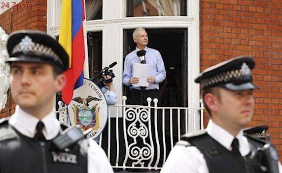 Assange nemá azyl jistý. Prezidentský favorit v Ekvádoru mu ho chce zrušit