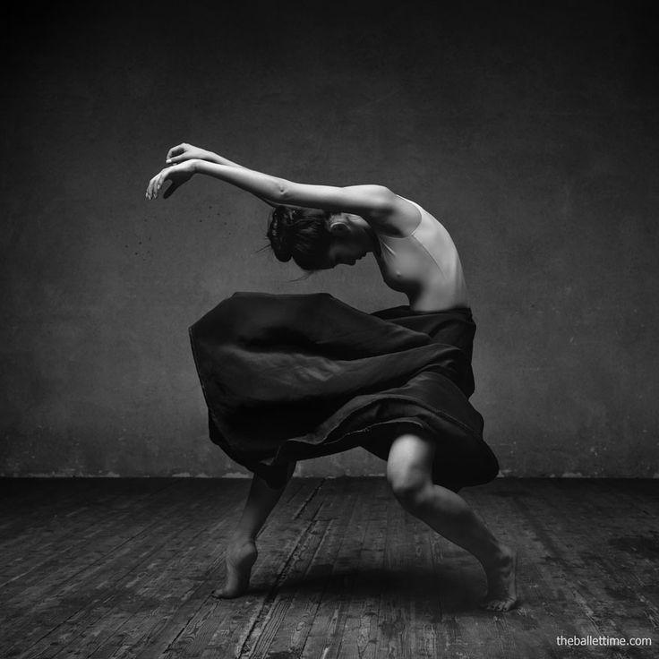 Para alguns cliques, Yakovlev adiciona elementos explosivos, como um pó branco que contorna a silhueta do dançarino como mágica e gera um efeito impressionante.