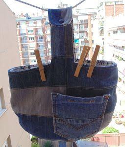 ¡Mirad que idea tan genial! Con trozos de tela vaquera reutilizados han elaborado una práctica cesta para las pinzas de la ropa. ¡No os lo perdáis!