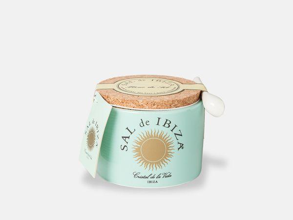 Even voorstellen, de Sal de Ibiza keramische pot! Een sieraad op de eettafel met een bijbehorend keramisch lepeltje. Een trendy foodgift voor op tafel!