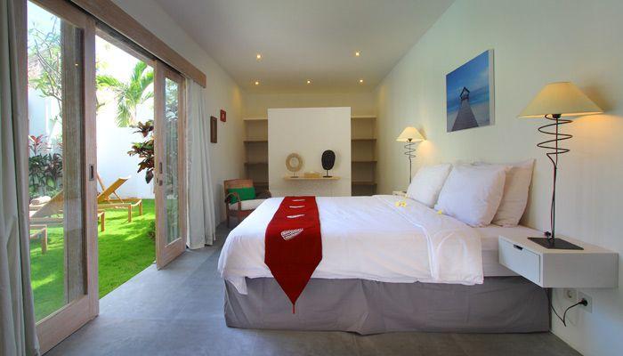 villa 4 kamar disewakan harian di Bali. Kamar tidur dengan modern di villa Thiara