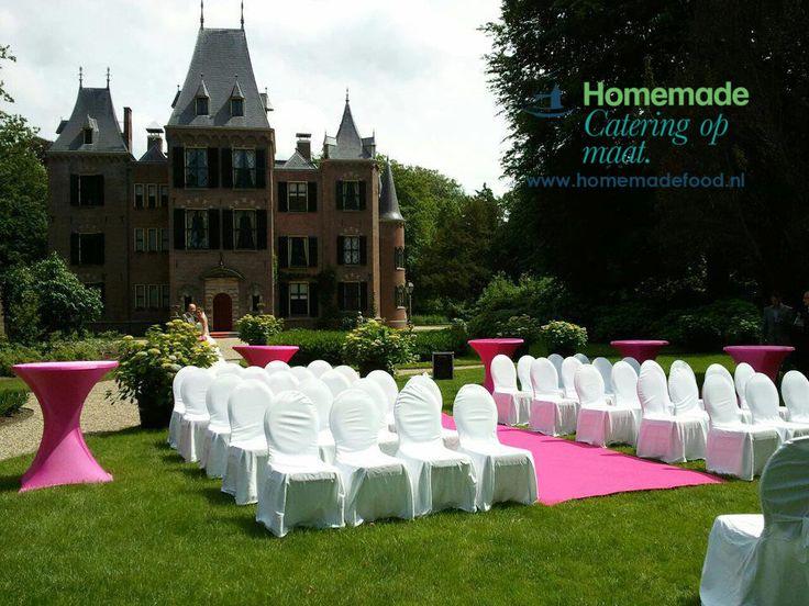 Huwelijksceremonie opstelling in de tuin van Kasteel Keukenhof. Pink details gedurende de dag. Loper, statafel rokken en bloem decoratie; alles fel roze/Pink. Homemade Catering op Maat voert uw kleurwens door gedurende de dag.