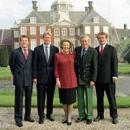Koningin Beatrix met Prins Claus en de Prinsen