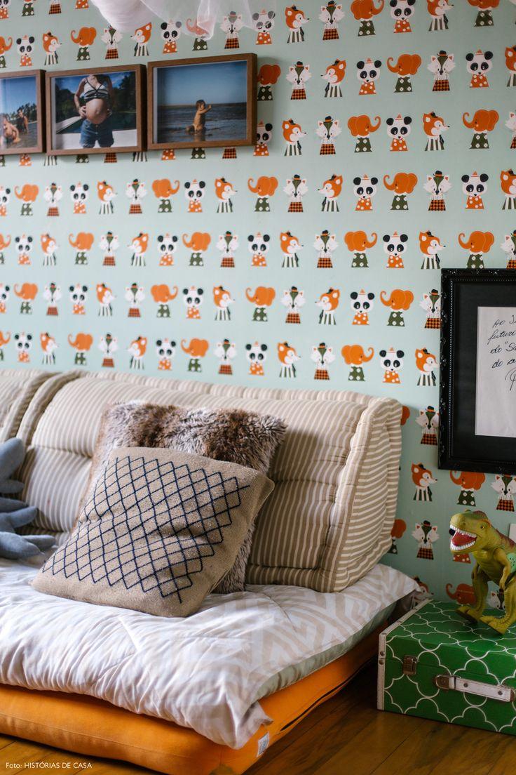 Quarto infantil tem papel de parede estampado e futon usado como cama.