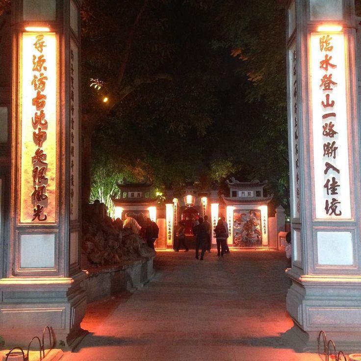 以前投稿してたくさんのを頂いた筆の塔と亀の池の話をした場所ファンキエム湖で  日本のお寺にたくさん行っているわけではないのでなんとも言えませんが  日本のお寺のはじめは鳥居だと思うのですがここは違いますね  鳥居とここの入り口にはどんな意味の違い文化の違いがあるんでしょうか ...  #お寺 #亀 #文化 #vietnam #hanoi #ベトナム#ハノイ #旅 #観光 #cocoacana