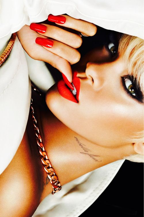 i dont like her music. But i love her style. Especially the long nails and her fingers/hands.