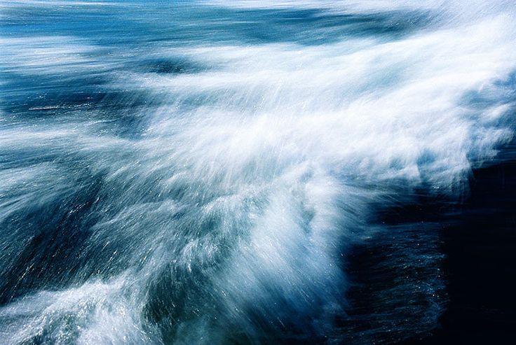 Diese Fotokunst-Werkreihe beschäftigt sich mit dem Thema Wasser und Meer. ATLANTIK III . Pinselstriche aus hellem Sonnenlicht stehen hier im Kontrast…