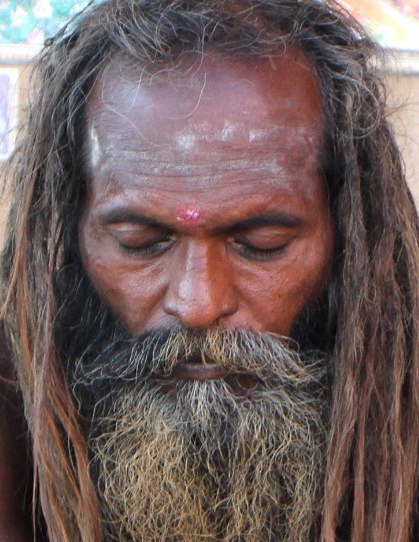 Varanasi. Hommes saints, les Sadhus ne sont pas concernés par la crémation et peuvent être directement coulées dans le Gange à la fin de leurs vies.