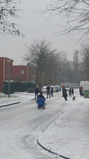 Schaatsen in de straat. Ice skating on the street.