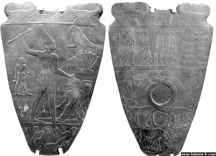 La Palette de Narmer, découverte quasiment intacte à la fin du XIX° siècle ( musée du Caire), représente symboliquement la victoire du Sud sur le Nord de l'Egypte. Sur le verso, le roi, portant la couronne blanche de Haute Egypte, fracasse la tête d'un homme du Nord, a genoux devant lui. Sur le recto, Narmer porte la couronne rouge de Basse Egypte, assistant à un défilé des enseignes des provinces victorieuses. A droite , l'on voit deux rangées d'hommes du nord décapités par leurs vainqueurs