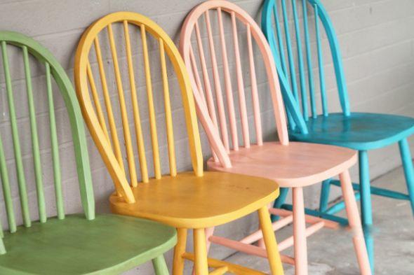 Cómo renovar sillas con pintura de tiza Quedan preciosas y es sencillísimo reciclar cuatro sillas de madera con la llamada pintura de tiza. La clave del trabajo está en elegir acertadamente los colores.