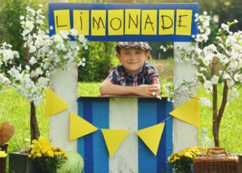 Lief! Een limonadekraam van kartonnen dozen. #knutselen #zomer #kinderen #buiten spelen