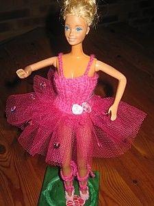 Bonjour à toutes Aujourd'hui je vous montre Barbie dans son nouveau tutu rose, il est fait sur le meme modèle que la barbie danseuse étoile. Le bustier est fait de 36m en cotes 1/1 aig. no3, et le tulle est préalablement froncé avant de l'accrocher au...