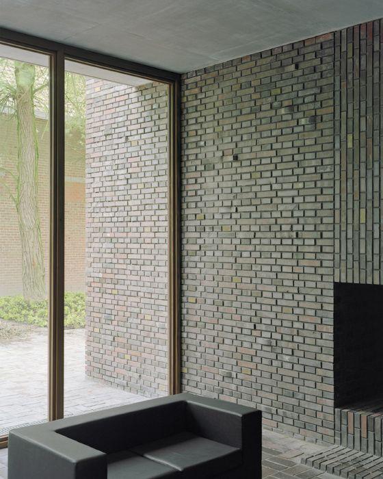 gebruik van stenen en de overgang van het raam naar de muur.