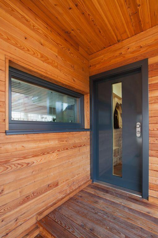 Vtomto případě si majitelé vybrali bezpečnostní dveře NEXT SD102 sefektním prosklením, dřevěným obložením zárubní a nerez prahem.