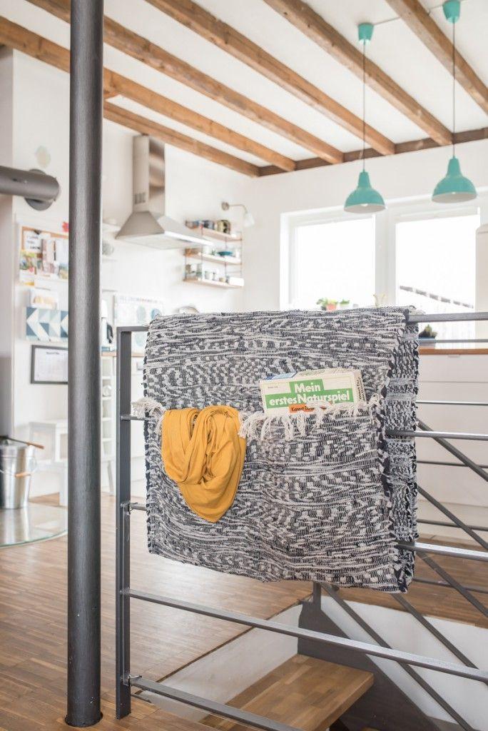 DIY Utensilo aus Flicken Teppichen für das Treppengeländer als Ordnungshelfer für die Wohnung