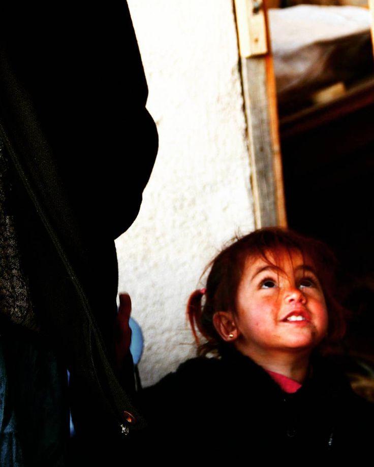 #mülteci #bebek #sevinc #dayanisma #destek #suriyeli #baby #mülteciler #umut #vardi #gozlerinde #izmir #torbali #instagram #instaturkey  İYİLİK BULAŞICI OLSUN !  Biz bütün sivil toplum örgütleriyle koordineli çalışıyoruz. Zaman zaman alanda dağıtımda yanlarında oluyoruz. Mesleğimiz gereği çocuklar konusunda hassasız. Bu nedenle daha çok çocuklara yönelik çalışmak istiyoruz.  Çocuklar savaşlardan en çok zarar görenler. Açlık soğuk onlar için yıkıcı... Yarınların daha iyi olabilmesi için onu…