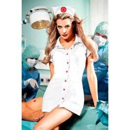 Disfraz de enfermera de 2 piezas formado por una bata blanca combinada con botones rojos y el accesorio para la cabeza. No incluye el resto de accesorios.