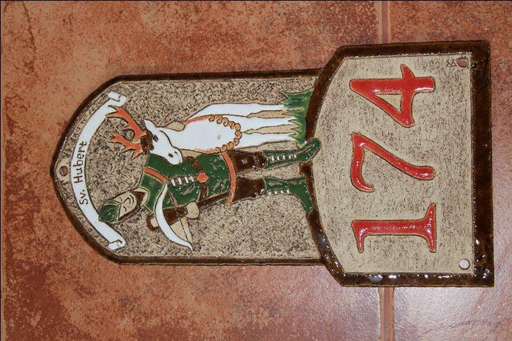 Číslo na dům z keramiky: patron myslivců - svatý Hubert. Zakázková výroba motivů na přání. Keramika pro domov: www.keramika-dum.cz. House number