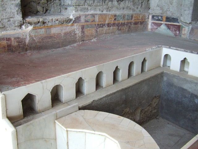 Pompeii ~ House of the Golden Bracelet or House of the Wedding of Alexander Garden Rooms ~ Summer triclinium 31, north side of triclinium bed. Marble front edges with architecturally shaped niches.