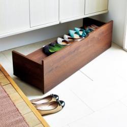 家族全員の靴を収納しようとすると、備え付けの下駄箱ではスペースが足りない!というお宅も多いのでは? 収納が足りないと、靴が玄関にあふれ出て、知らず知らず散らかる原因に…。 そこで、デッドスペースを上手に生かした達人の実例をご紹介します。 こちらの下駄箱、すき間を見事に生かした収納術は、アッパレ!というほかありません。 ちょっとしたDIYワザも駆使して、家族みんなが使いやすい収納に。