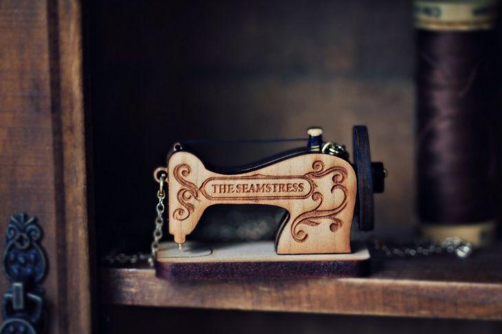 Украшения в виде швейных машинок