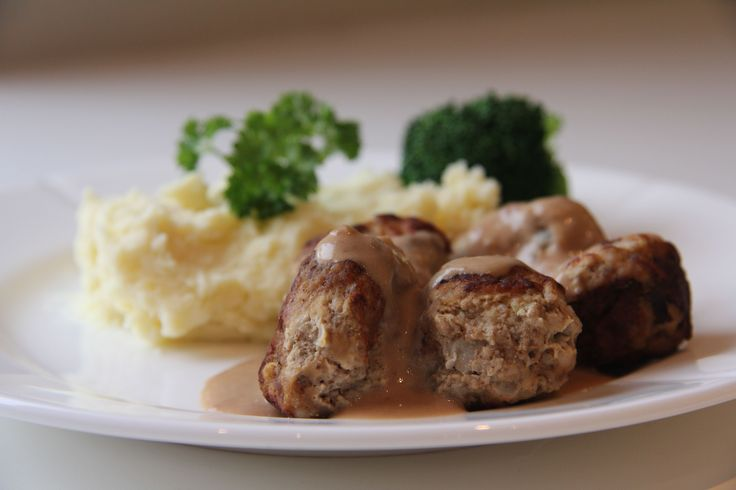 Kjöttbullar med gräddsås er en svensk, herlig klassiker! Min familie elsker dette og alle spiser gjerne litt for mye. Jeg pleier å servere denne med potetmos og kokte gulrøtter/brokkoli og rørte ty...