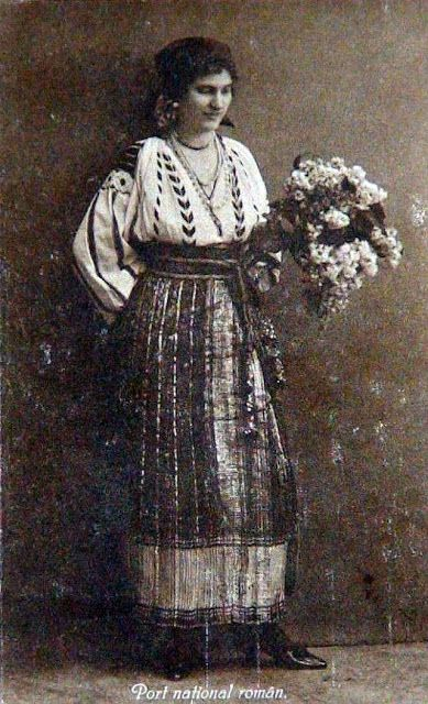 carte postala veche: femeie in costum popular, buchet liliac