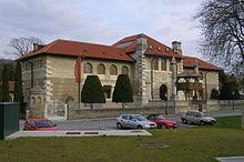 """Das Museum Carnuntinum in Bad Deutsch-Altenburg in Niederösterreich ist Teil und als sogenanntes """"Schatzhaus"""" auch das Kernstück des Archäologischen Parks Carnuntum. Es hat Geschichte und das Alltagsleben des antiken Carnuntum zum Thema und präsentiert in seiner Ausstellung hauptsächlich Fundstücke aus den Grabungen der Römerstadt und des Legionslagers. Mit über 3300 Exponaten ist es das größte Römermuseum in Österreich."""