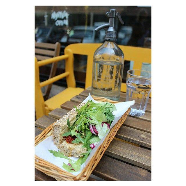 Gyöngyszem a Madách téren : Pista bá', vegáknak és húsevőknek...térjetek be napi menüre, egy jó levesre vagy szendvicsre. Én a képen szereplő hummusszal, grillzöldségekkel és salátával töltött szenyát választottam, és több mint elégedett voltam.  Ajánló a blogon: www.vegachick.blog.hu  #mutimiteszel #pistabá #vegetarian #sandvich #mik_gasztro #hummus #eatclean #healthyfood #lunch #bp #budapest #diningguide #madach #blog #vegachick #welovebudapest