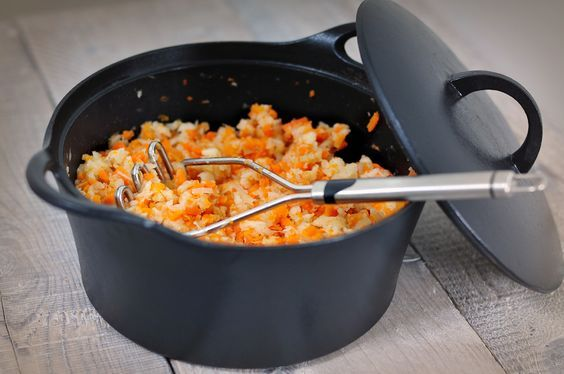 Hutspot met knolselderij i.p.v. aardappelen. Dit hutspot recept is koolhydraatarm en erg lekker. Hutspot is een echt winterrecept. Knolselderij is gezond!