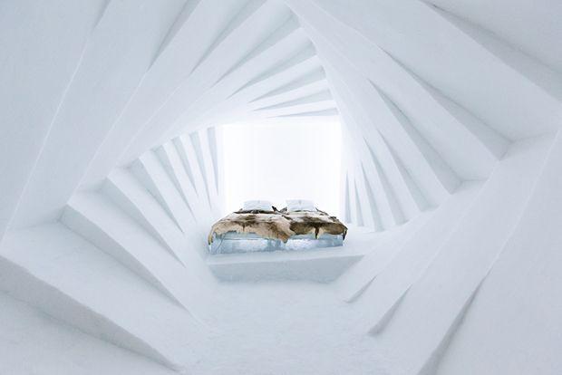 Ice Hotel: hospede-se no maior hotel do mundo construído de neve e gelo na Suécia.