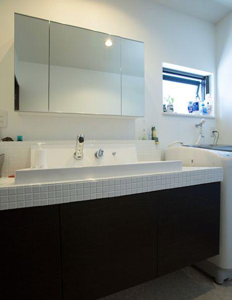 タイル貼のモダンなデザインと、機能を両立させた造作洗面台。|おしゃれ|洗練された|造作洗面|洗面室|洗面台|洗面ボウル|収納|タイル|洗面|カウンター|