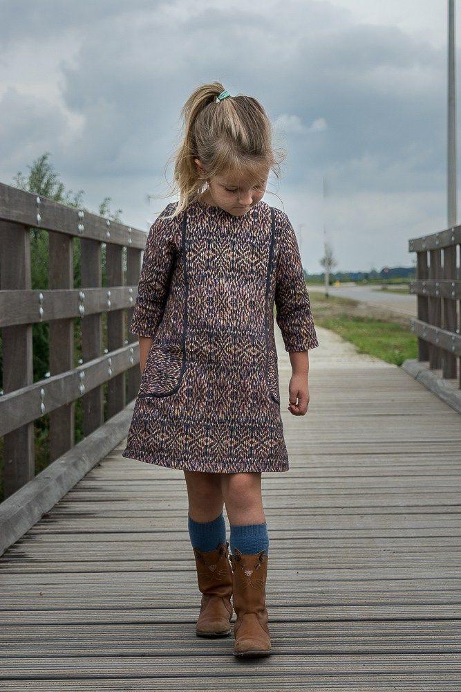 — Scroll down for English — Sewpony heeft weer een heerlijk nieuw patroon uit: De Cosmo Dress! Een A – lijn patroon met een heel mooie belijning. Ik maakte op basis van de maattab…