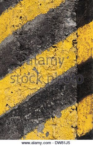 black-and-yellow-striped-caution-pattern-on-old-concrete-wall-dw81j5.jpg (300×470)
