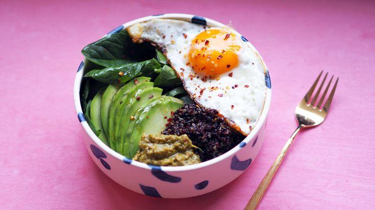 Frokostbolle med egg, avokado og pesto