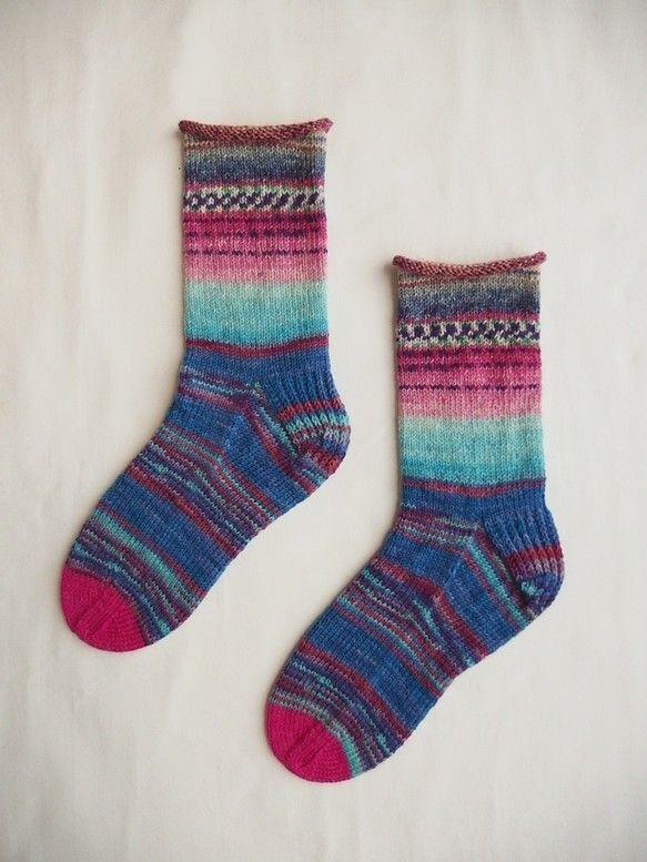 靴をはいて柄を見せても、ぬいでもカワイイ!手編み1点モノ4種類の柄の違う毛糸をつなぎました。履き口がくるっとしているところがポイント。●サイズ:足サイズ 22...|ハンドメイド、手作り、手仕事品の通販・販売・購入ならCreema。