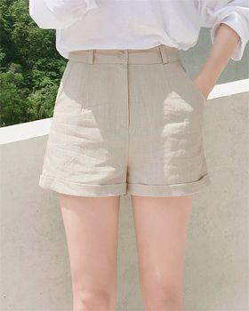リネンハイウエストショートパンツ - 爽やかな履き心地が魅力のリネンショートパンツ。 夏に欠かせないリネン素材のショートパンツです。 裾のロールアップがオシャレなポイント♪