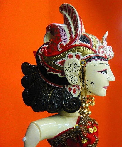 En Indonsesia, el teatro de títeres tiene su importancia y su tradición. Particularmente los muñecos famosos son de las islas de Baliy Java. Allí el Wayang se origino la técnica de manipulación por excelencia. Un estilo de manipulación del que se sirven los indonesianos hoy dia para contar viejas historias sobre sus dioses y héroes de la mejor tradición religiosa, como Rama o Arjuna.