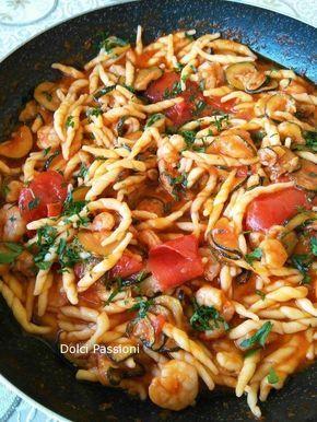 Trofie con gamberetti, zucchine e pomodorini, oggi ho pensato bene di proporvi questo ottimo piatto che racchiude tutto l'odore del mare. Le trofie con zucchine gamberetti e pomodorini, gustoso, profumato e buonissimo. Si prepara in un attimo con ingredienti semplici e freschi che danno tantissimo sapore.. la mia ricetta!