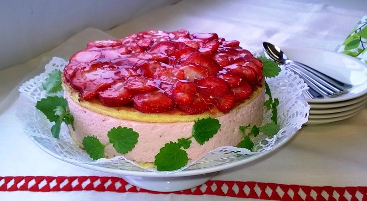 Mansikka-tuorejuustokakku // Mansikka maistuu aina! #leivonnaiset http://www.raisionkeittokirja.fi/fi/resepti/-/p/mansikka-tuorejuustokakku?reid=657489