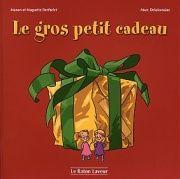 31997000778688 Le gros petit cadeau. Comme cadeau de Noël pour leurs parents, Rose et Violette leur fabriquent un coeur immense. Mais l'un des côtés est plus gros que l'autre. Elles font tant d'ajustements que le coeur devient minuscule. Désemparées, elles le mettent dans une petite boîte. Au cours de la nuit, le père Noël veut bien les dépanner... [SDM]