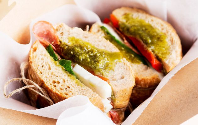 Salami-mozzarellaleivät / Salami and mozzarella sandwich / Kotiliesi.fi / Kuva/Photo: Sampo Korhonen/Otavamedia