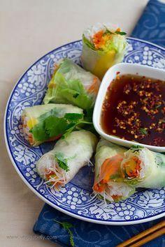 [Receta] Aprende a hacer estos rollos primavera vietnamitas con mango y salsa picante ¡Muy saludables! (vía http://www.veggiebelly.com/2010/08/vietnamese-summer-rolls-mango-sweet-chili-dipping-sauce.html)