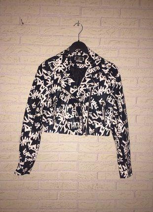 À vendre sur #vintedfrance ! http://www.vinted.fr/mode-femmes/vestes-en-cuir/26132750-veste-simili-cuir-graffitis