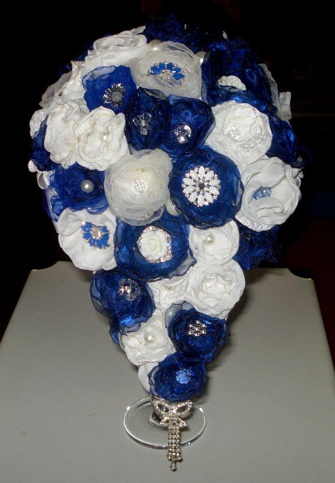 Bouquet con fiori di organza a cascata.