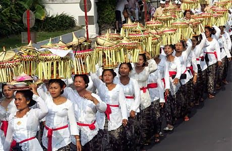 Galungan is a sacred Hindu holiday that falls on the Buda Kliwon Dungulan based on the count when he meets Seven and five wara wara. Hindus perform devotional service with a full sense of the sacred feast Galungan series and Brass with religious ritual.